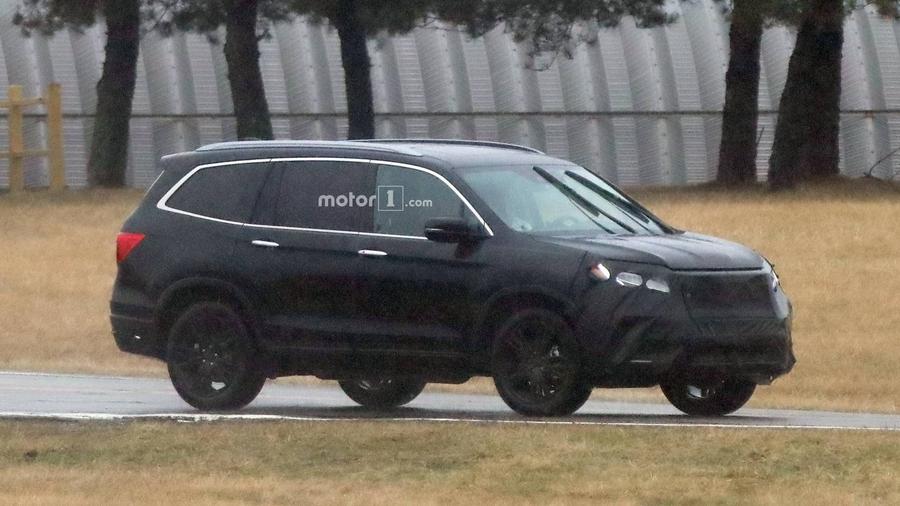Обновленная Honda Pilot попала нашпионские фото вовремя тестов class=