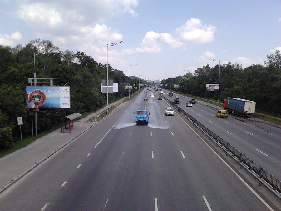 Тем временем «Киевавтодор» поливает дороги