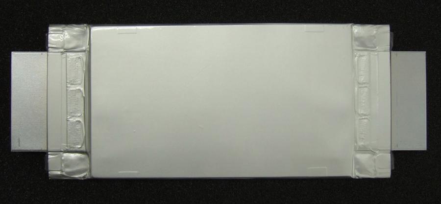 Образец ячейки SCiB нового поколения. Её ёмкость - 50 А•ч., а размеры - 111 x 194 x 14.5 мм