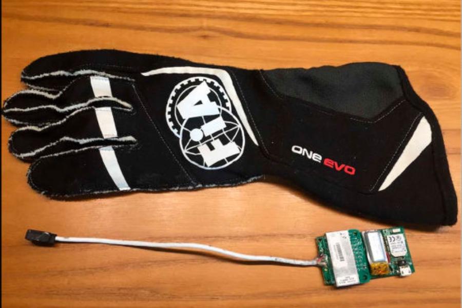 В 2018 году гонщики получат биометрические перчатки