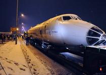 По ночному Киеву провезли президентский Ту-134 А-3 (видео)