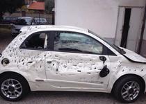 Разгневанный итальянец напал с топором на свой Fiat 500