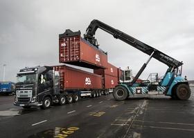 Тягач Volvo осилил перевозку 40 контейнеров массой 750 тонн (видео)