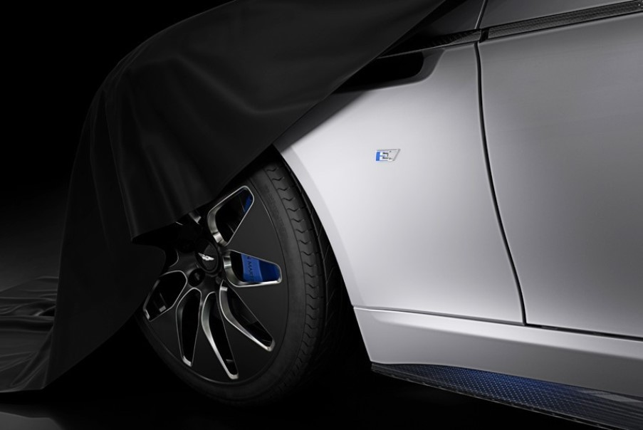 Aston Martin показал тизер полностью электрического лифтбека Rapide E