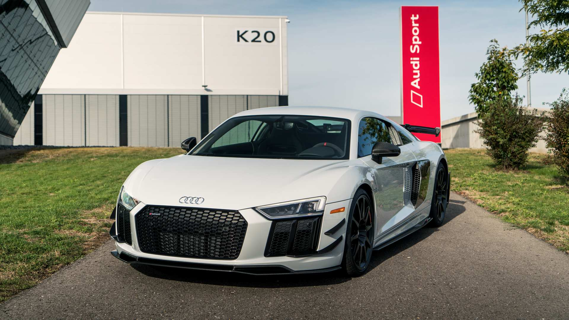 Audi представила особую версию купе R8 V10 plus
