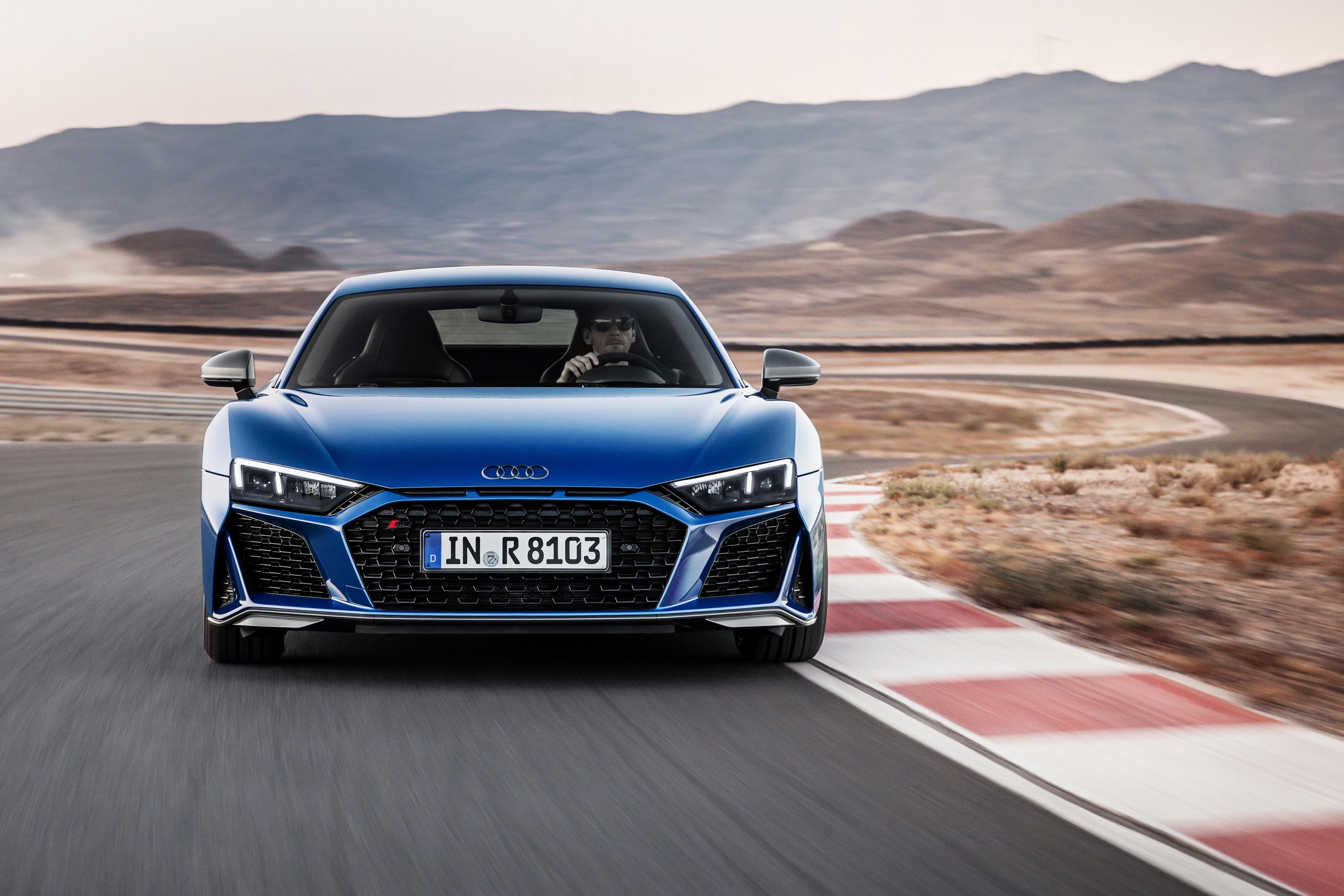 Купе и родстер Audi R8 прибавили в мощности
