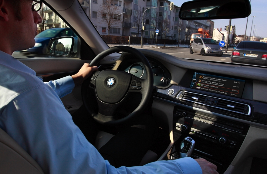 BMW покажет водителям рекламу прямо в автомобиле
