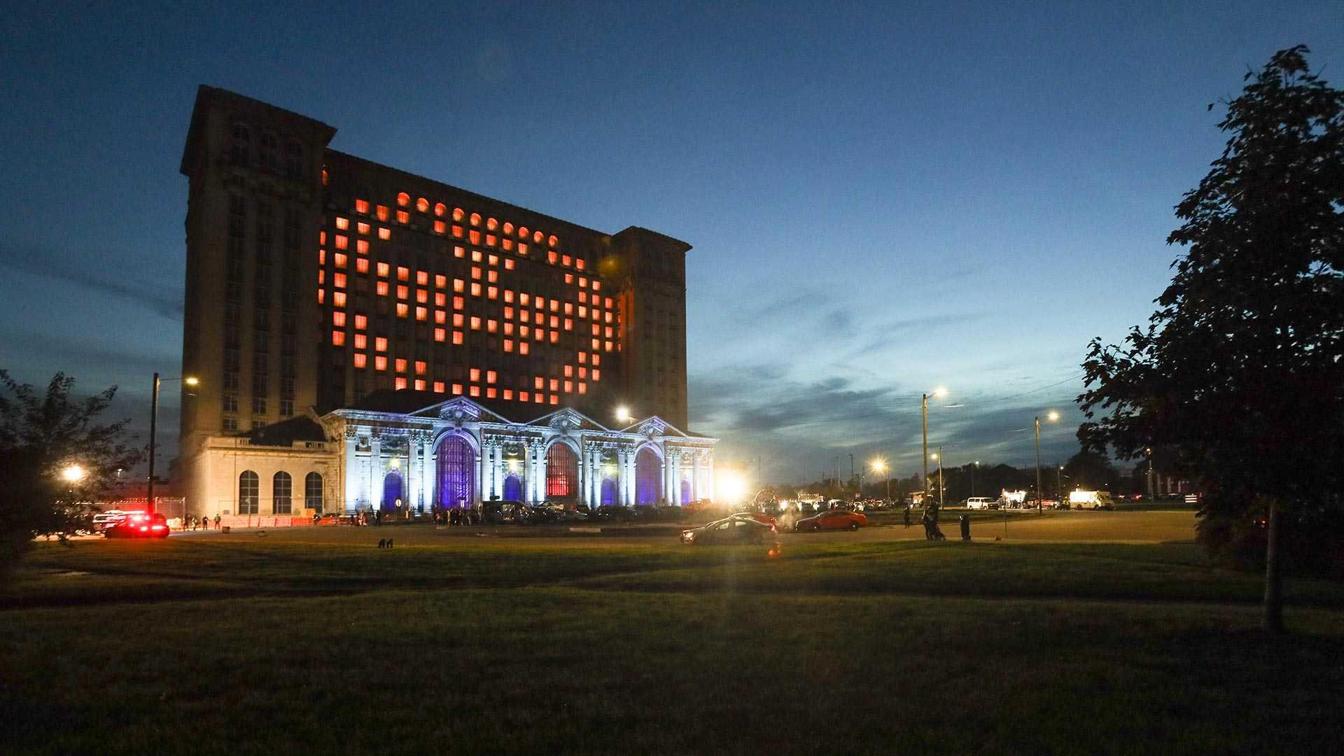 Ford нарядил здание вокзала на Хеллоуин