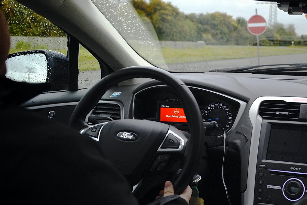 Автомобили Ford будут предупреждать водителей о выезде на «встречку»