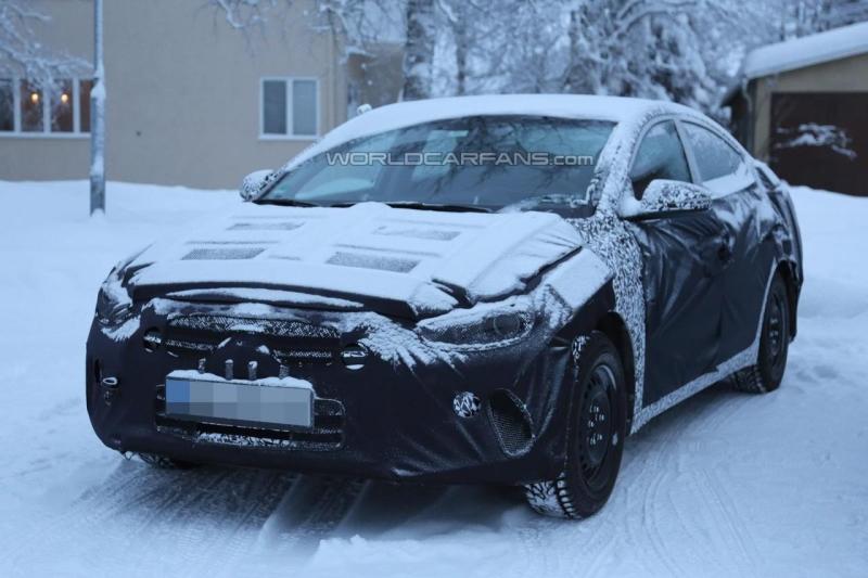 Новая HyundaiElantra засветилась на шпионских фотографиях