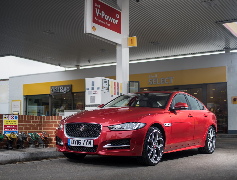 Jaguar и Shell встроили в автомобили систему безналичного расчета на АЗС