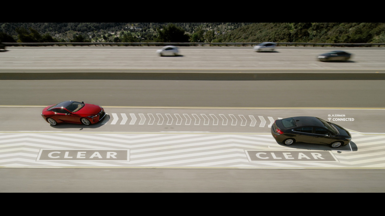 Автомобили Lexus научились «отодвигать» автомобили впереди в свободный ряд (видео)