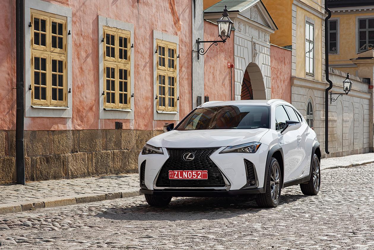 В Украине новый кроссовер Lexus UX будет продаваться в бензиновой и гибридной версиях