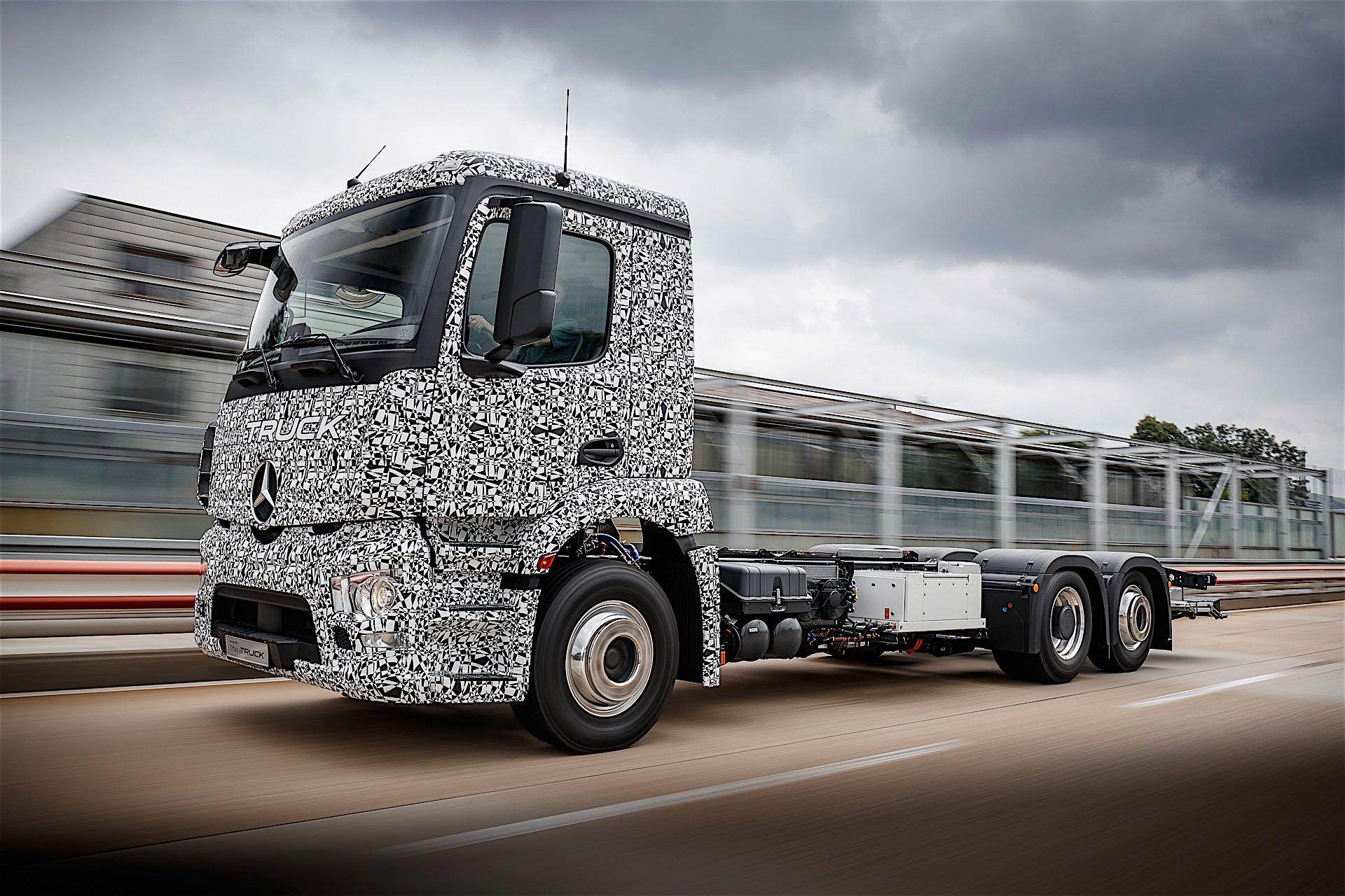 Mercedes-Benz представил первый тяжелый тягач на электротяге