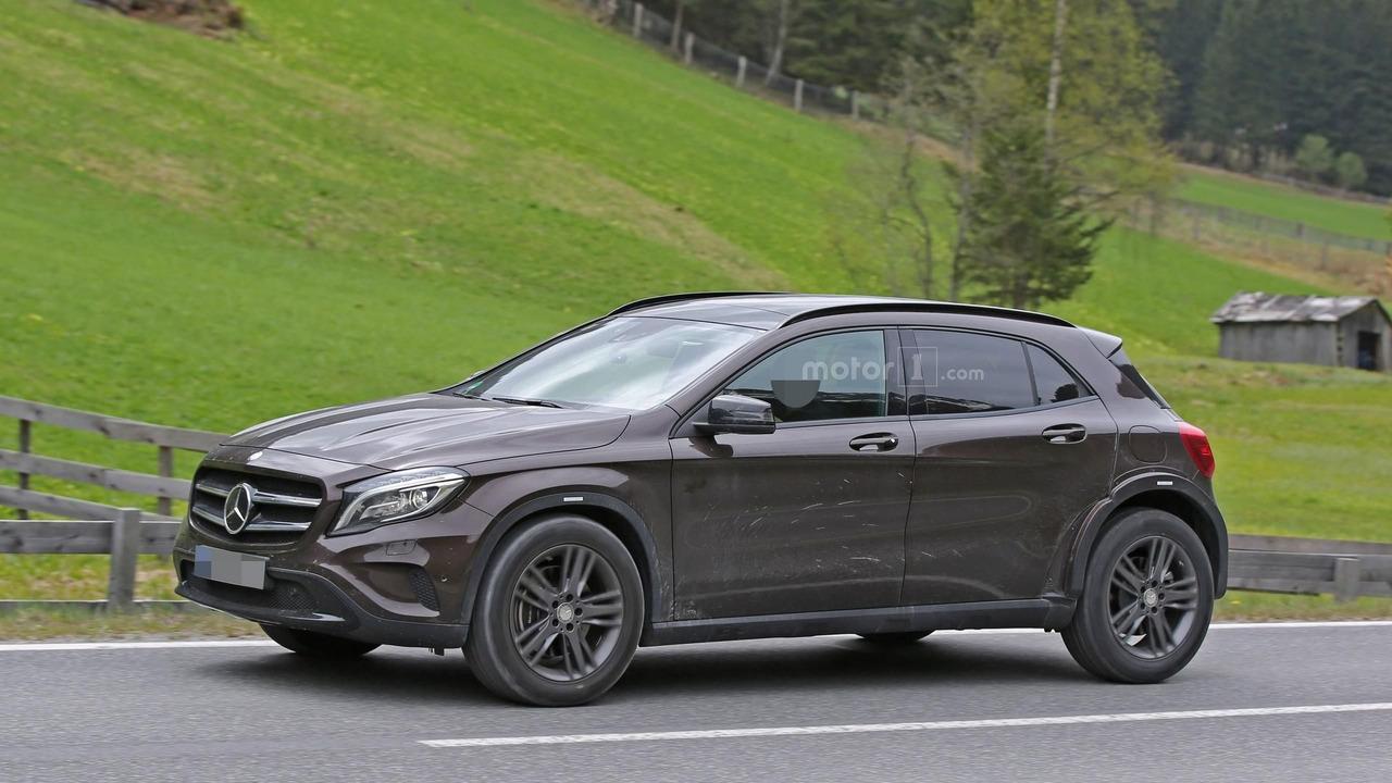 Mercedes-Benz скрыл кроссовер GLB под кузовом GLA