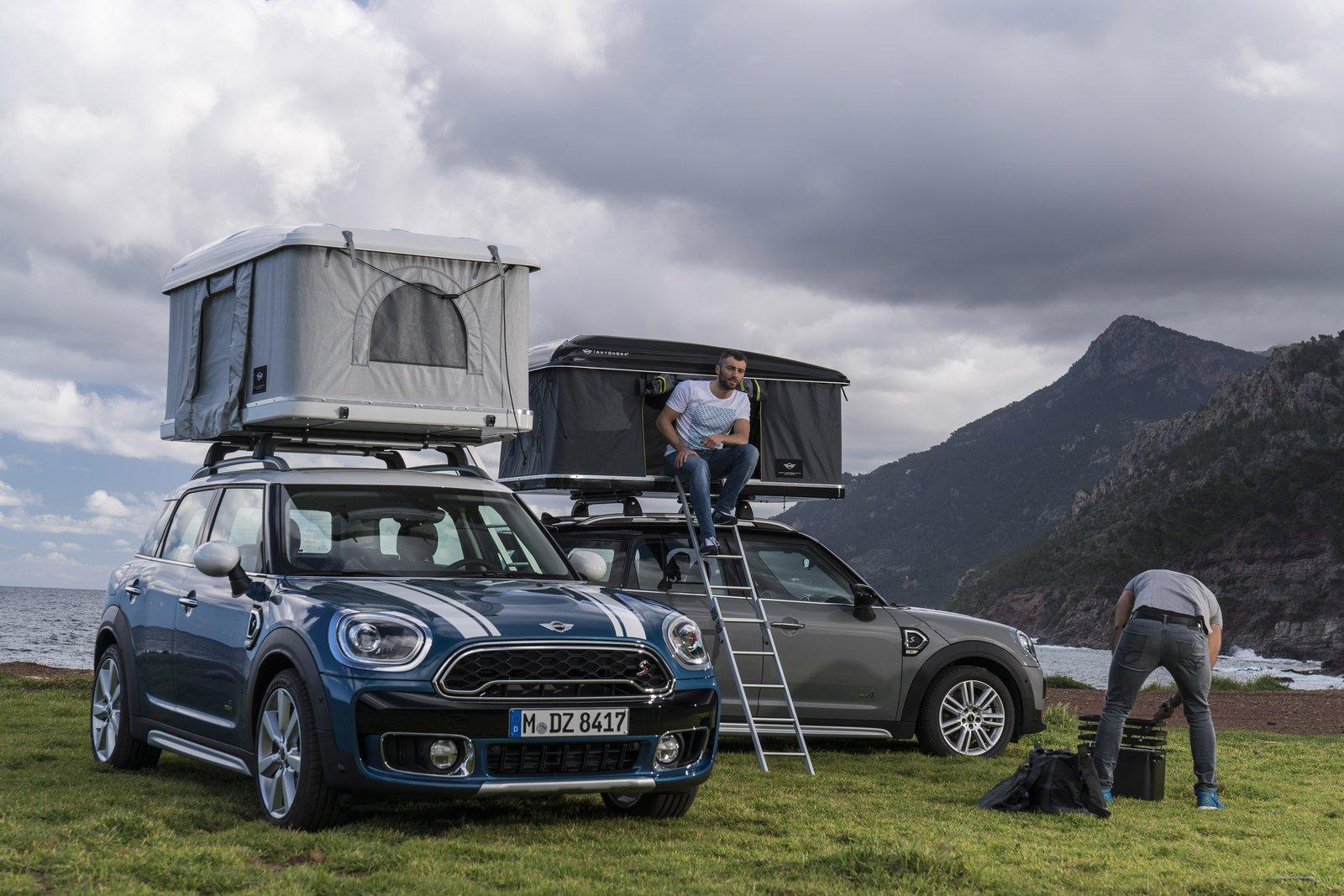Кроссовер Мини Countryman оборудовали палаткой накрыше