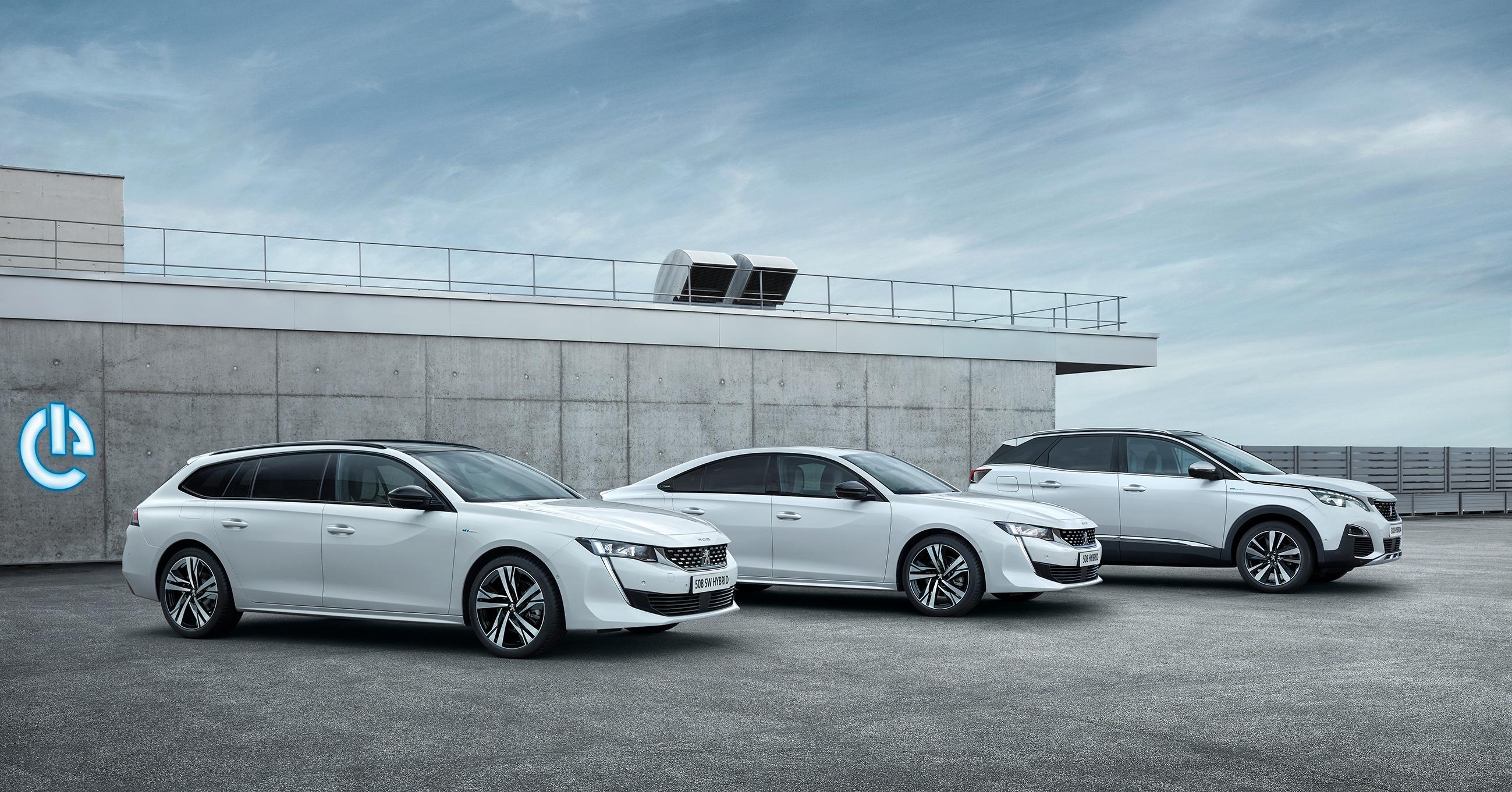 Автомобили Peugeot 3008 и 508 научились заряжаться от сети