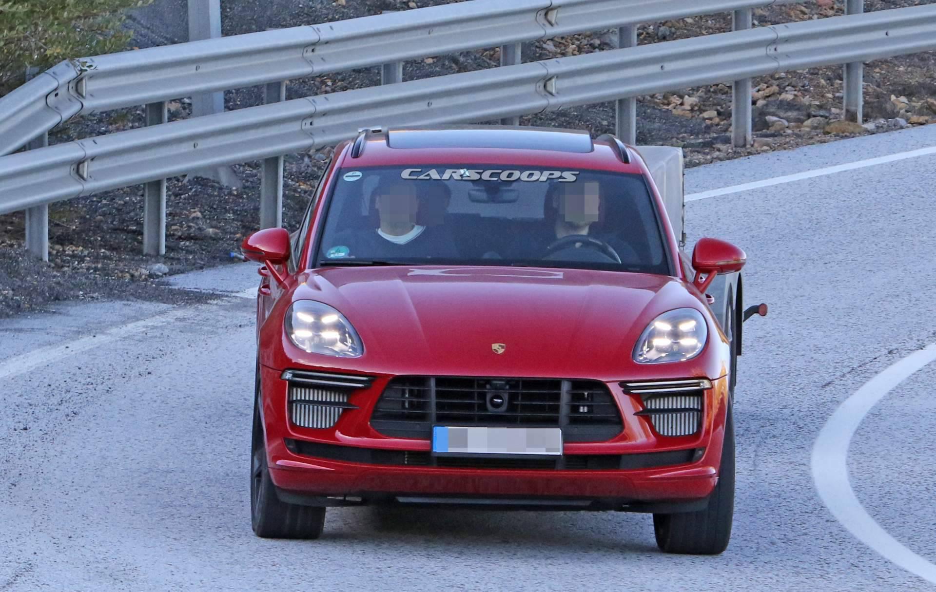 Обновленный кроссовер Porsche Macan Turbo впервые заметили на тестах без камуфляжа