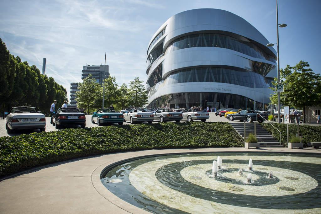 Музей Mercedes-Benz предложил сотрудникам BMW бесплатный вход и обеды