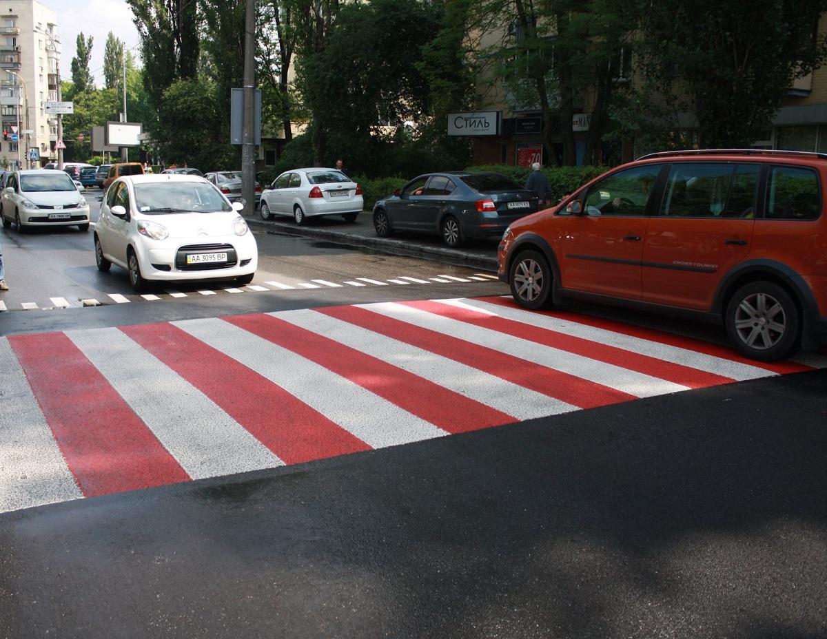 В Киеве начали делать приподнятые пешеходные переходы