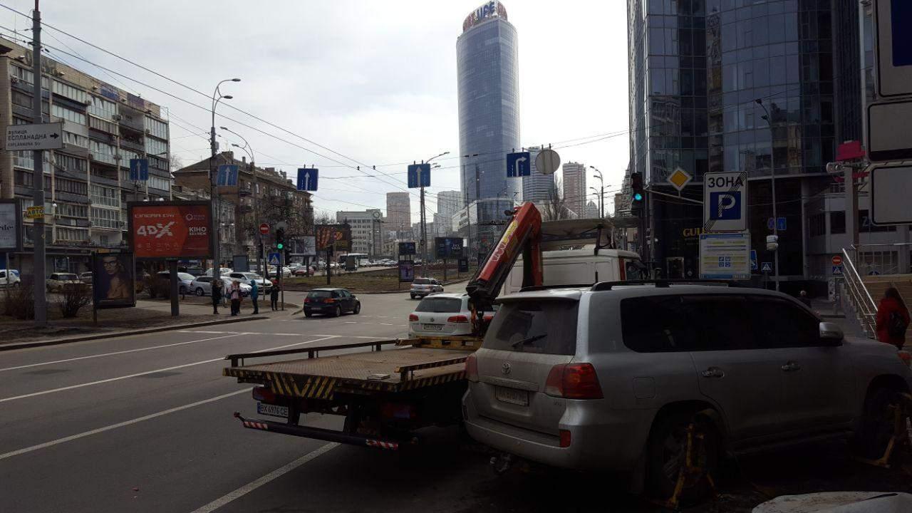 В Киеве коммунальные эвакуаторы начали увозить на штрафплощадки автомобили нарушителей ПДД