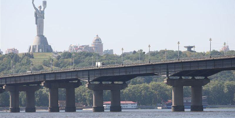 «Киевавтодор» будет одновременно ремонтировать мост Патона и Московский мост