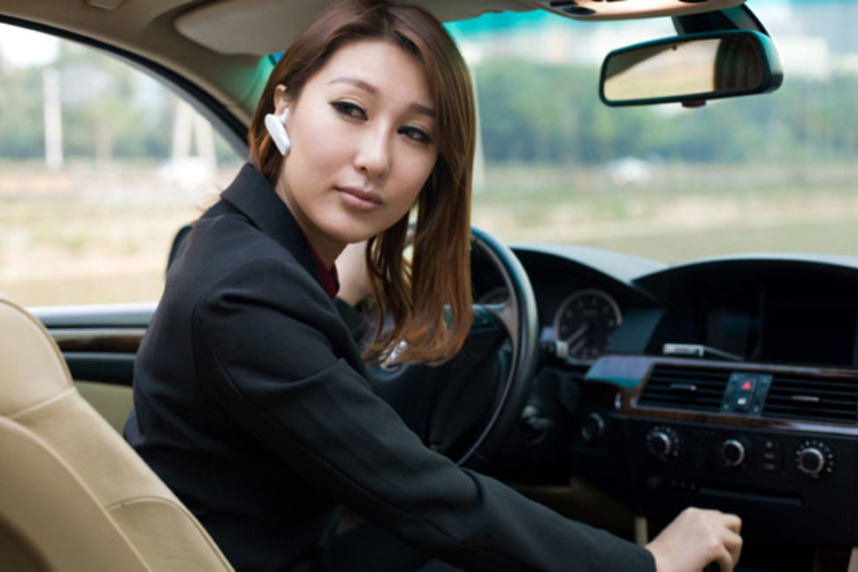 Новое исследование доказало опасность использования гарнитуры за рулём