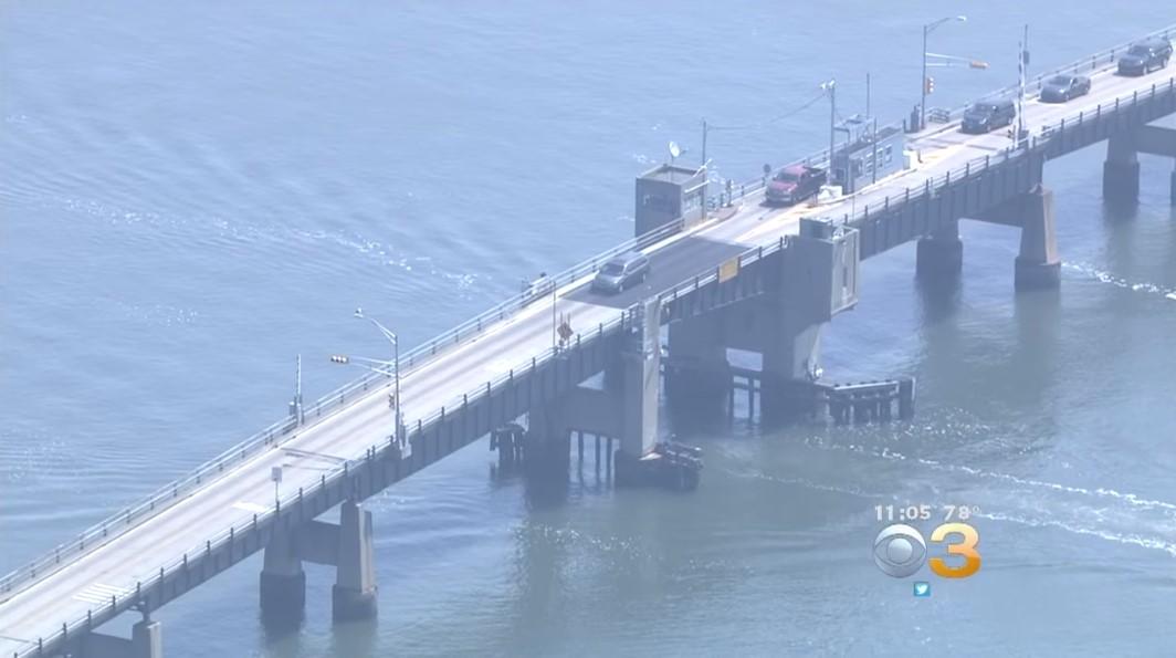 Американец перепрыгнул на Toyota RAV4 открывшийся под ним разводной мост
