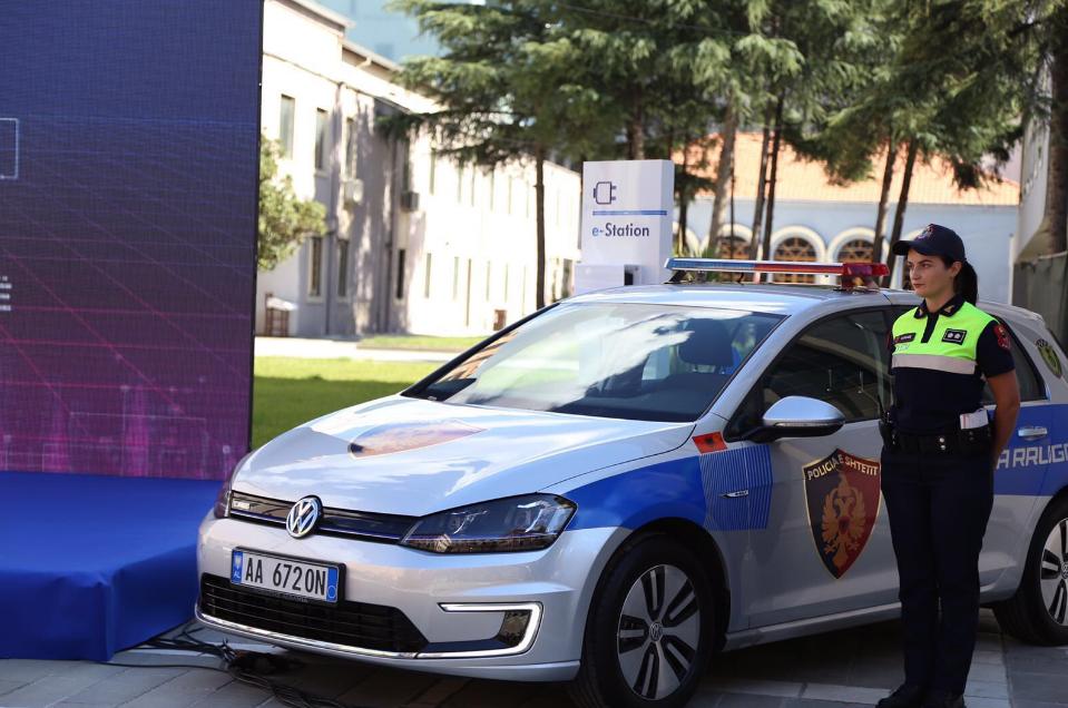 Албанская милиция купила электрическиеVW Golf