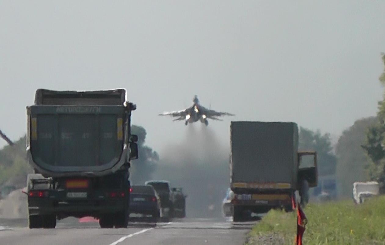 На трассу Киев - Чоп приземлились истребители Миг-29