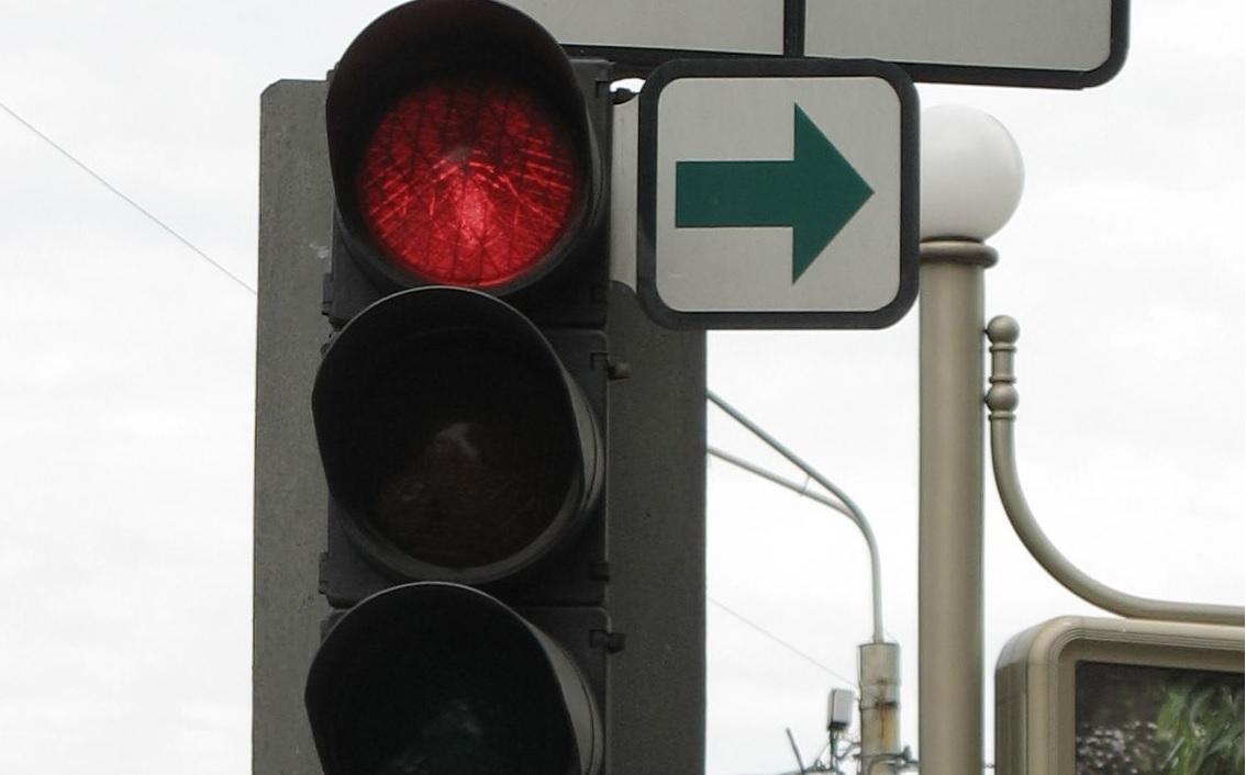 Новый законопроект разрешит поворот на красный без зелёной стрелки