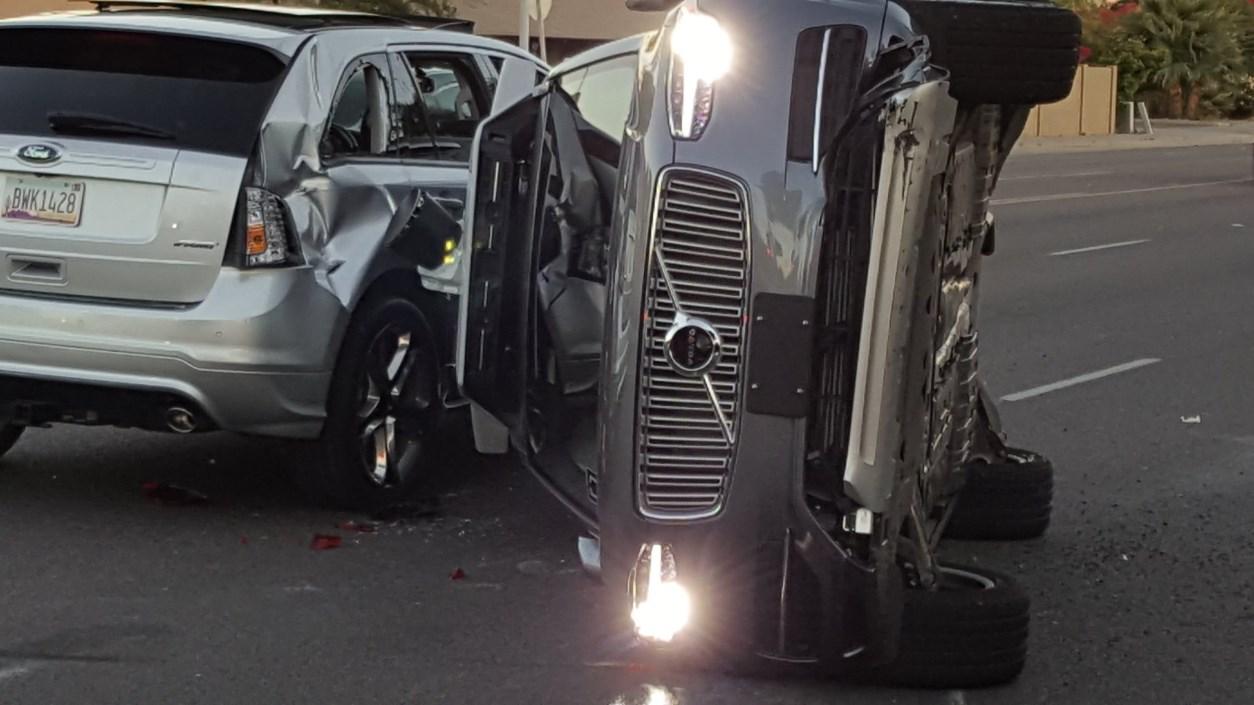Uber приостановил испытания беспилотников после аварии прототипа