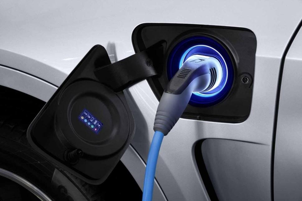 BMW готовит ответ кроссоверу Tesla Model X