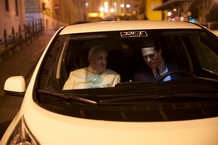 Папа Франциск предпочел Nissan Leaf более крупной «Тесле»