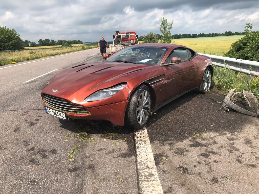 Aston Martin DB11 попал в ДТП на трассе Днепр – Харьков. Автомобиль оставили у обочины с запиской