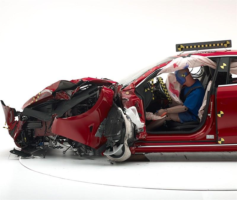 Краш-тесты IIHS выявили недостатки Tesla Model S и BMW i3