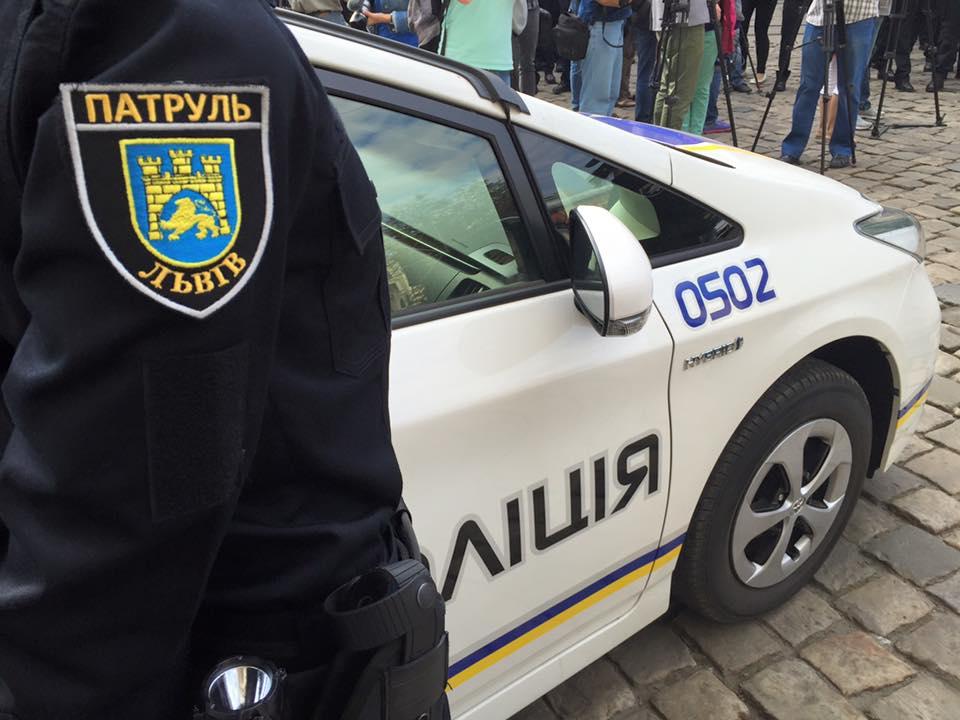 Львовские патрульные отрабатывают стрельбу по колёсам (видео)