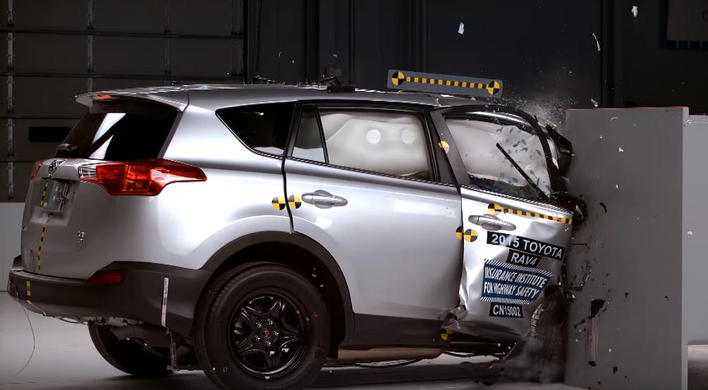 Toyota RAV4 провалил краш-тест с малым перекрытием с пассажирской стороны