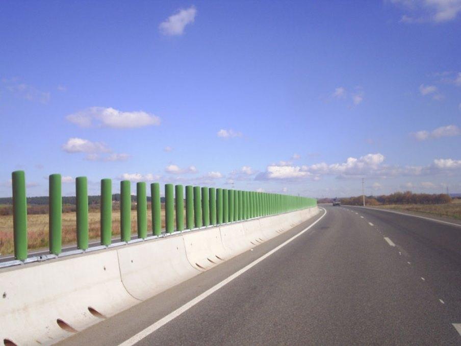 Минрегион предложил устанавливать на дорогах противоослепляющие экраны