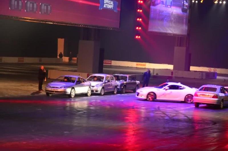 Каскадёр установил рекорд по развороту между припаркованными автомобилями
