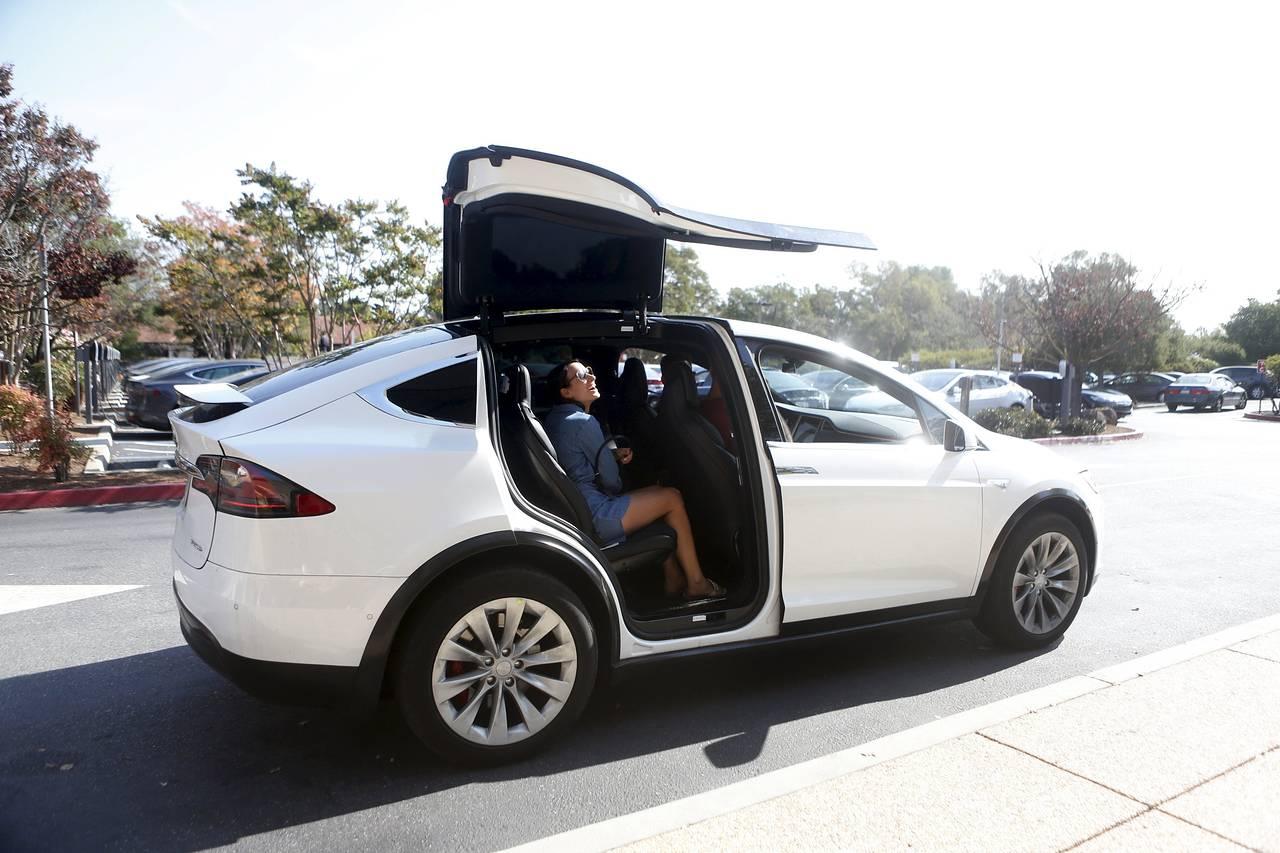 Tesla обвинила немецкого поставщика в срыве дебюта Model X