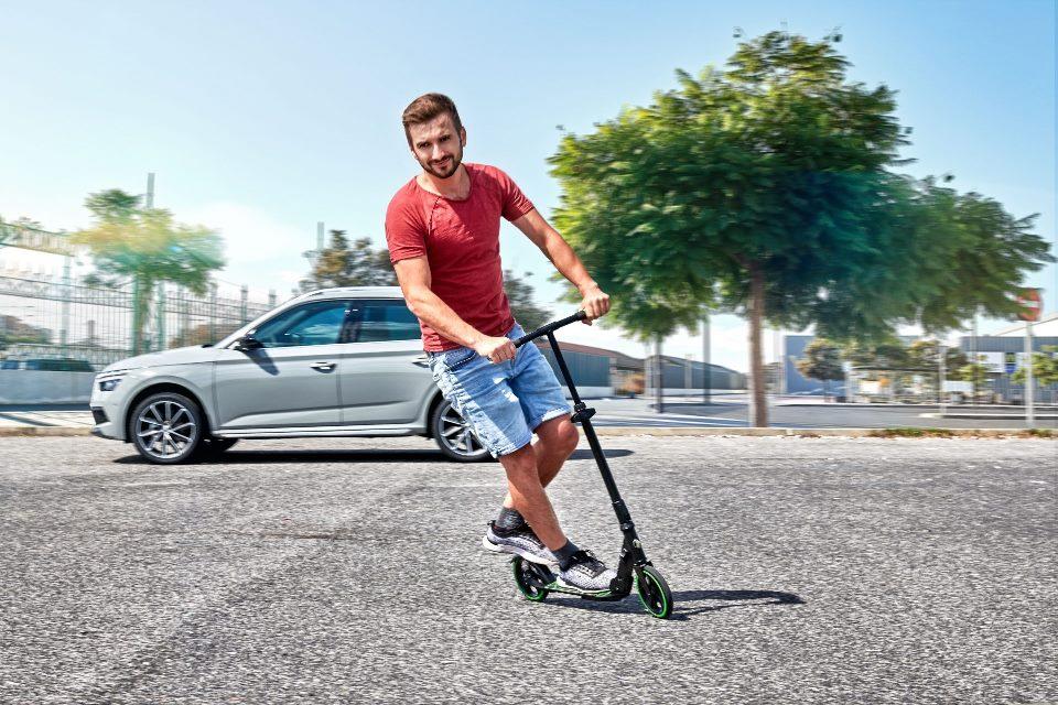 Škoda начала продавать складной самокат