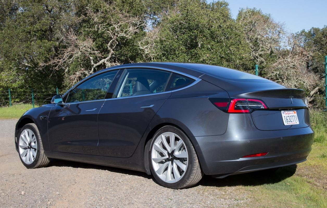 Tesla снова останавливает производство Model 3