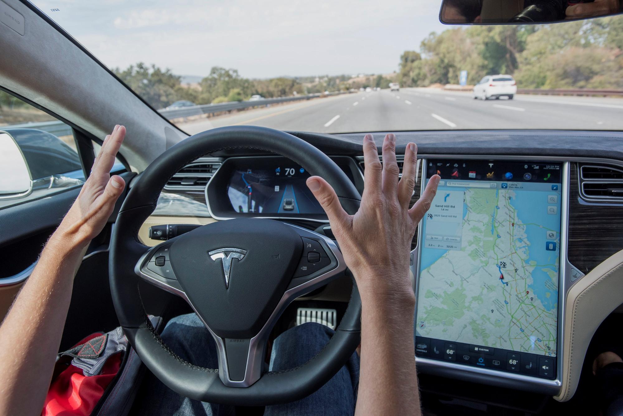 Автопилот Tesla теперь умеет ехать по маршруту навигатора