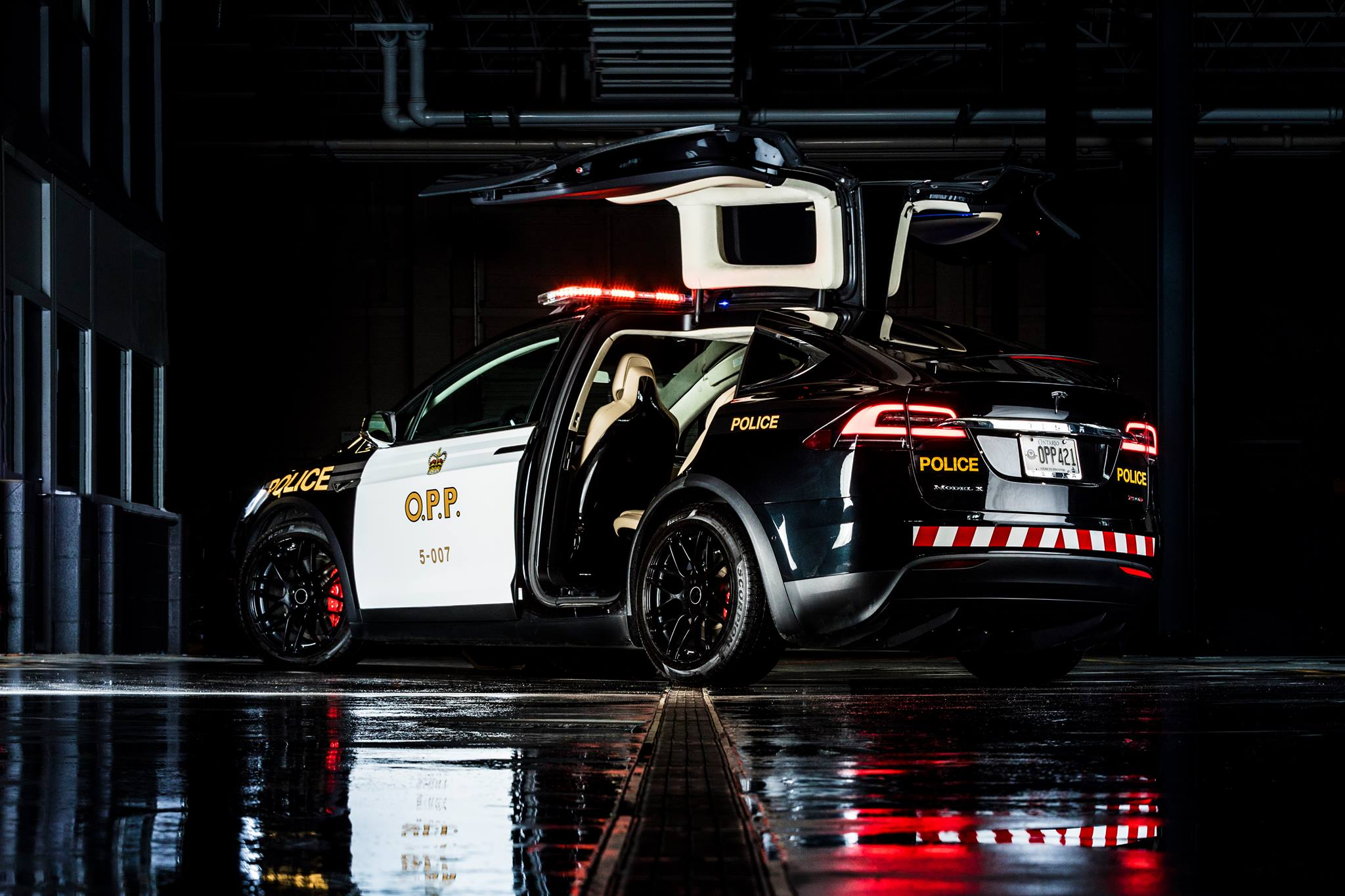 Канадская полиция превратила Tesla Model X в полицейский автомобиль