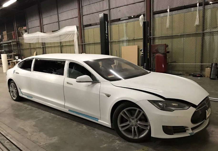 Калифорнийские тюнеры превратили Tesla в лимузин