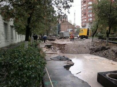 Провалилась дорога в Шевченковском районе Киева