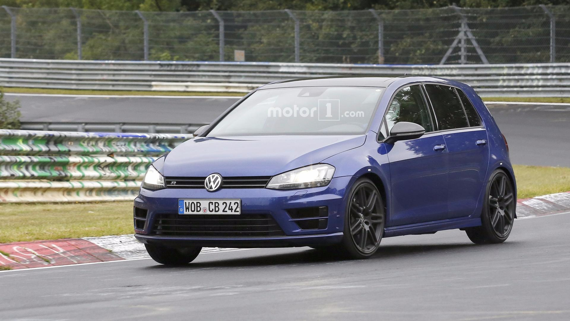 Volkswagen снова вывел на тесты заряженный хэтчбек Golf R420