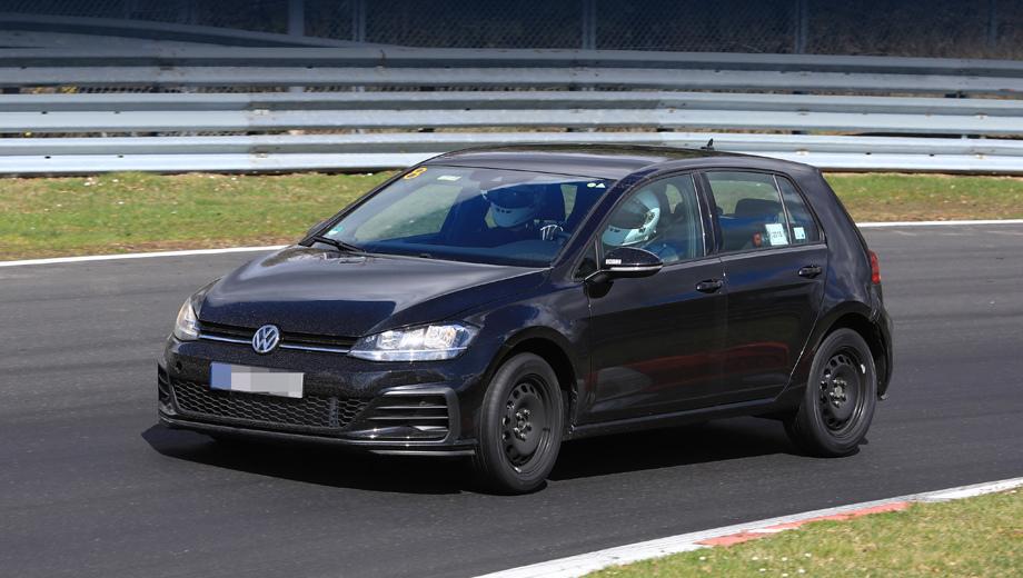 Салон нового Volkswagen Golf частично раскрыли на шпионских фотографиях