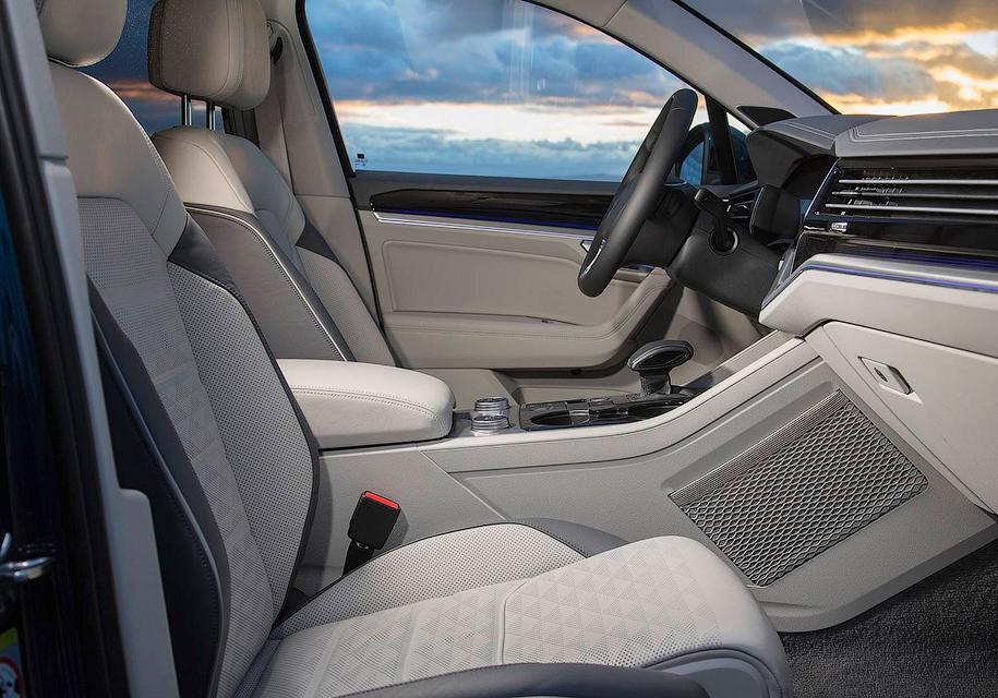 Салон нового Volkswagen Touareg показали на фото